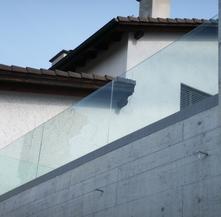 Parapetto in vetro esterno con fissaggio fascia a pavimento in cristallo e alluminio