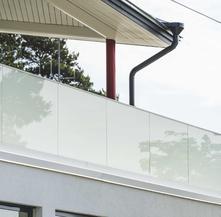 Parapetto in vetro per esterno con fissaggio fascia a pavimento e vetro opacizzato