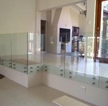Parapetto in vetro con fissaggio a punto separazione ambienti
