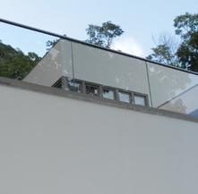 Parapetto in vetro esterno con struttura portante fissaggio fascia a pavimento
