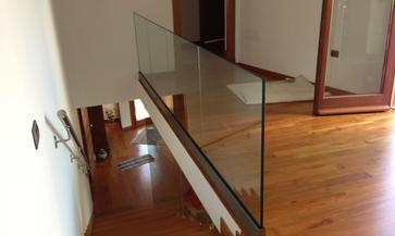 Parapetto  in vetro con fissaggio fascia a pavimento su parquet