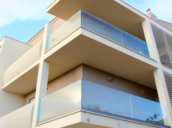 Parapetto in vetro esterno per balcone con fissaggio fascia a ...
