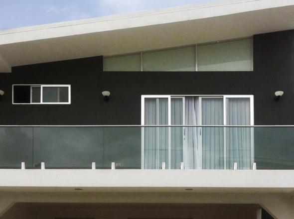Parapetto in vetro terrazzo con fissaggio a morsetti | Misterinox.it