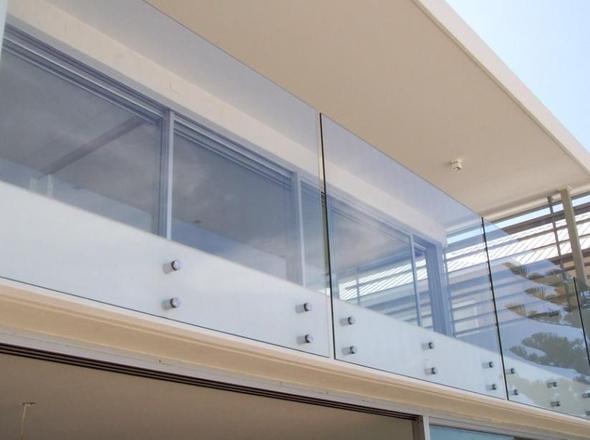 Parapetto in vetro esterno con fissaggio a punto in vetro temperato  Misterinox.it