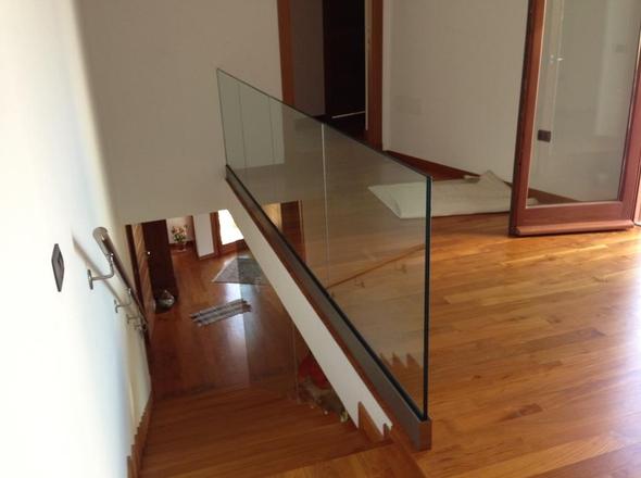 parapetto in vetro con fissaggio fascia a pavimento su