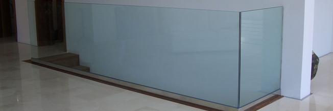 Parapetto in cristallo e alluminio con fissaggio fascia a pavimento