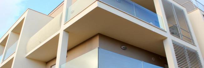 Parapetto in vetro esterno per balcone con fissaggio fascia a pavimento