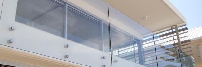 Parapetto in vetro esterno con fissaggio a punto in vetro temperato