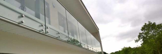 Parapetto in vetro esterno con fissaggio a punto senza struttura portante