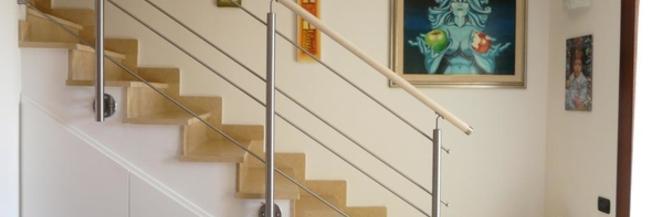 Scegliere la ringhiera per la scala, i vantaggi di legno e acciaio