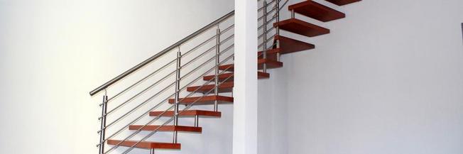 Scale con gradini in legno frassino verniciato